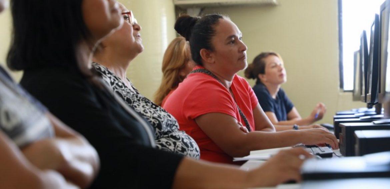 UNICAES lanza DreamBuilder en el Día Internacional de la Mujer