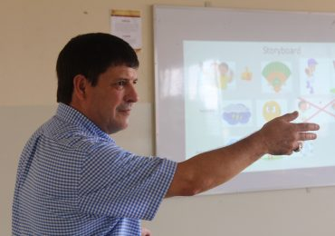 PROFESOR DE SAINT CLOUD MINNESOTA UNIVERSITY IMPARTE TALLER A ESTUDIANTES DE INGLÉS