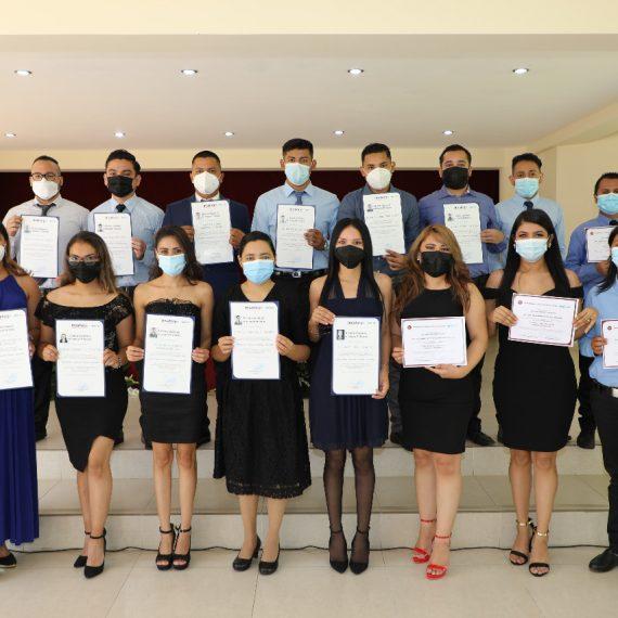 Programa Empresa Centro gradúa a jóvenes en Técnico de Empresas y Mecánica de confección